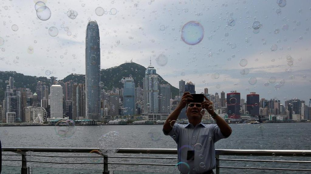 Foto: Cantiknya Gelembung Busa Hiasi Pencakar Langit Hong Kong