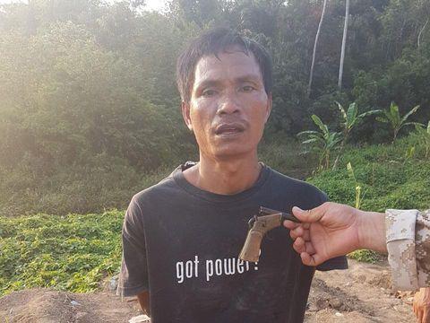 Image result for Tersangka saat diamankan oleh polisi atas kepemilikan senjata api rakitan.