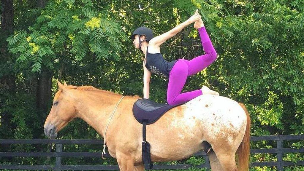 Traveling Sambil Yoga Itu Wajar, Tapi Kalau di Atas Punggung Kuda?