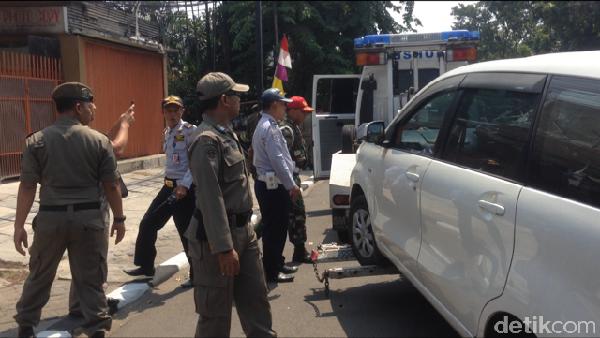 Menolak Diderek Petugas, Pengendara di Rawamangun Coba Kabur