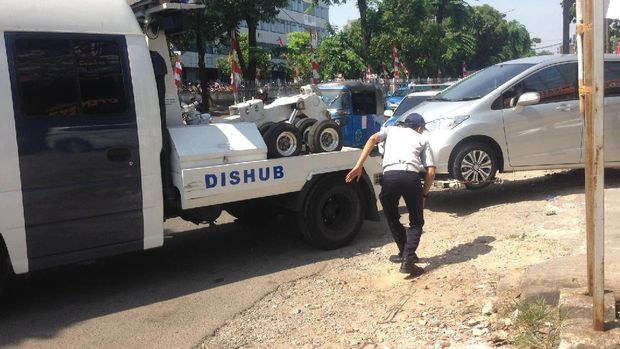 Satu mobil yang parkir sembarangan juga ditertibkan.