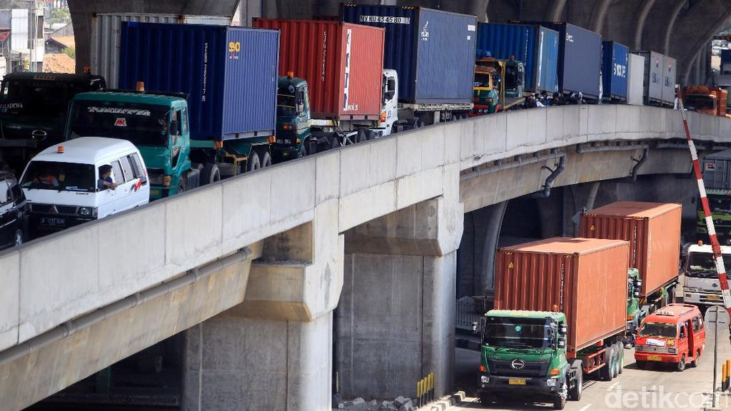 Bongkar Muat Barang Dialihkan, Muncul Kemacetan di Akses Priok
