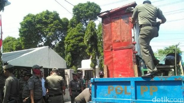 Lapak-lapak di atas trotoar itu dibawa ke truk Satpol PP.