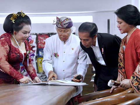 Ibu negara, Iriana (kanan) tampak menemani Jokowi di museum Nyoman Gunarsa Bali