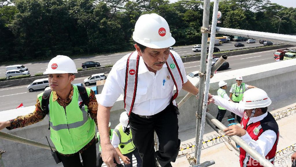 Foto: Dua Menteri Jokowi Tinjau Proyek LRT
