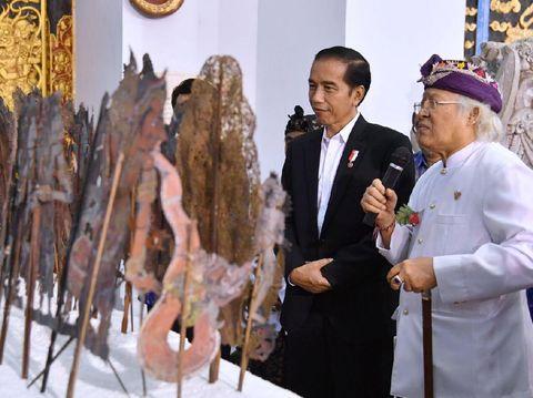 Jokowi bersama pelukis I Nyoman Gunarsa di museumnya