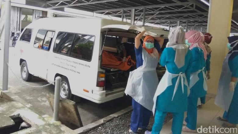 Mayat Perempuan Ditemukan di Ada - Banda Aceh Sesosok mayat perempuan tanpa identitas ditemukan di bawah pohon jamblang di atas bukit Dusun Lhok Me
