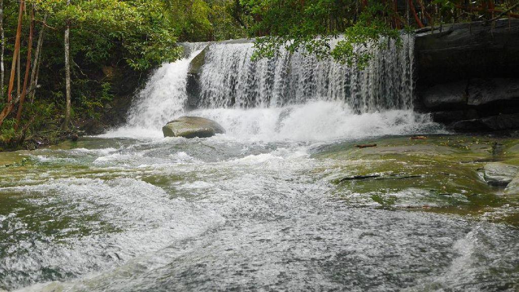 Yang Cantik dan Segar di Sanggau: Air Terjun Pancur Aji