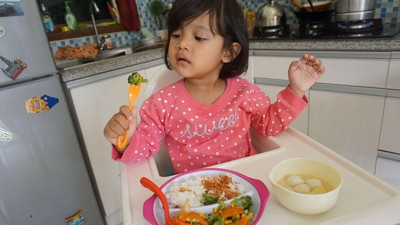 Kita, Para Bunda, Contoh Terbaik Bagi Anak Agar Makannya Bergizi