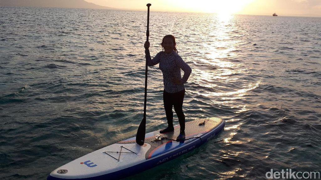 Gaya Lincah Susi Berselancar di Tengah Laut Natuna