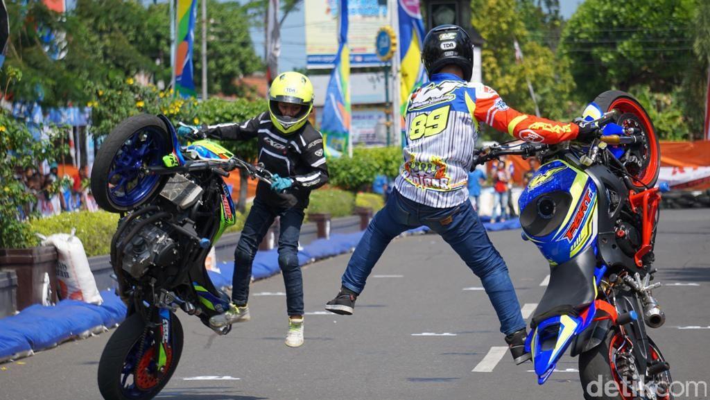 Aksi Freestyle Kakak Beradik dengan Yamaha R6 dan MT-25