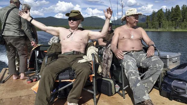 Vladimir Putin berjemur di Danau Baikal (AFP PHOTO / SPUTNIK / Alexey NIKOLSKY)