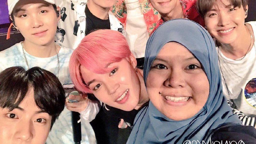 Band K-Pop BTS Ramai Pujian karena Hormati Hijabers Saat Selfie Bareng