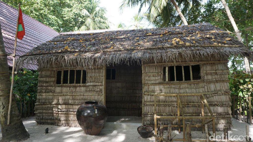 Rumah Asli Maldives dan Tatakan Al Quran