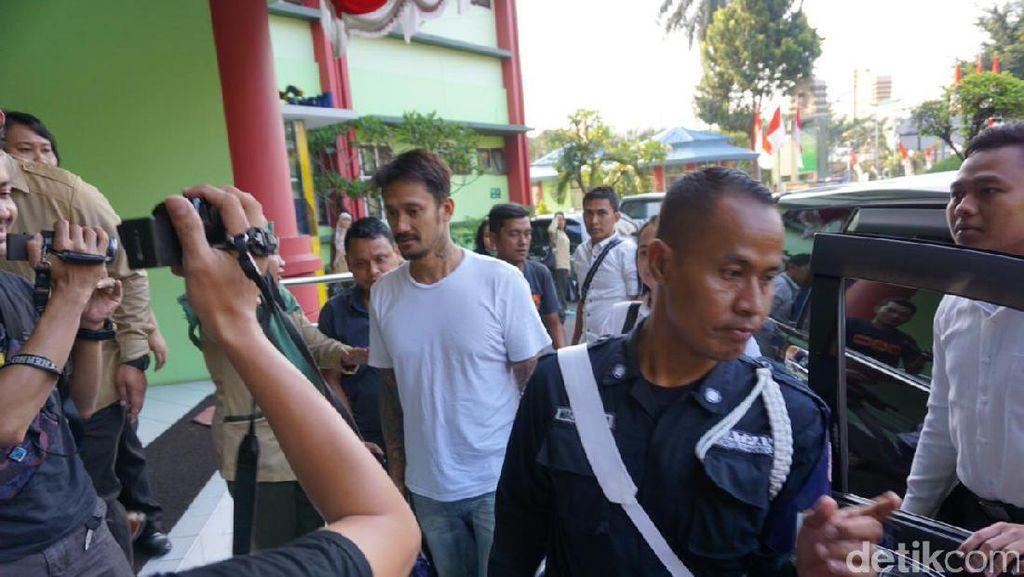 Atas Rekomendasi BNN, Tora Sudiro Dibawa ke RSKO