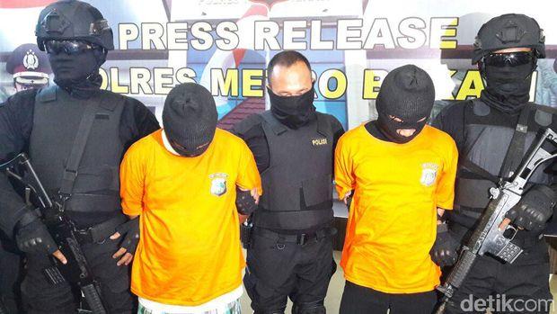 Dua tersangka kasus pengeroyokan dan pembakaran tertuduh pencurian ampli di Bekasi
