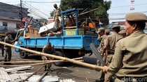 Foto: Puluhan PKL di Pondok Labu Dibongkar
