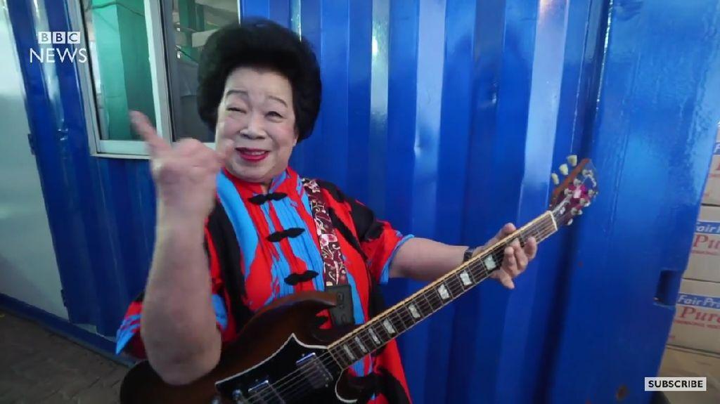 Nenek 81 Tahun Ini Jadi Bintang Rocker yang Jago Main Gitar