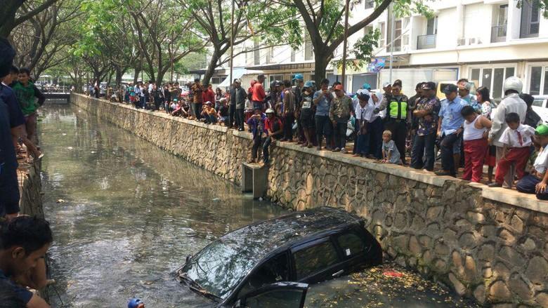Mobil Avanza Nyemplung di Kali Cengkareng