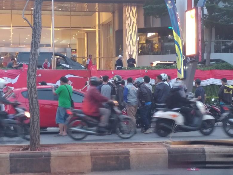 Sekelompok Orang Hadang Angkutan Online di Depan Mal Cirebon