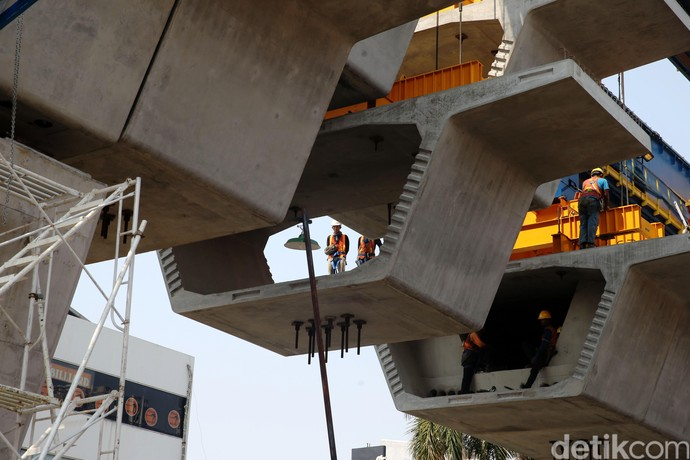 Foto: Pemasangan Box Girder LRT Velodrome-Kelapa Gading