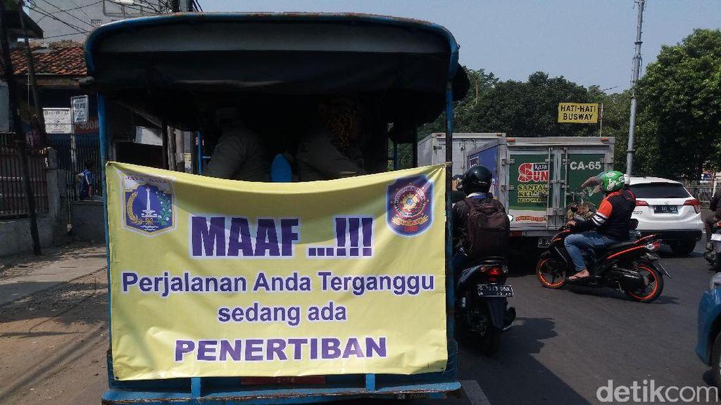 Pemkot Jakbar Tertibkan Trotoar di Jalan Latumenten