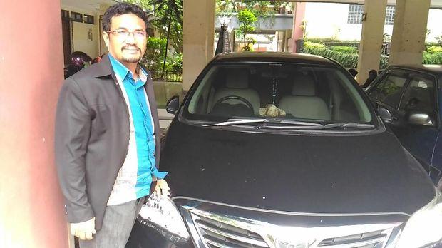 Ali di depan mobil Altisnya (wildan/detikcom)