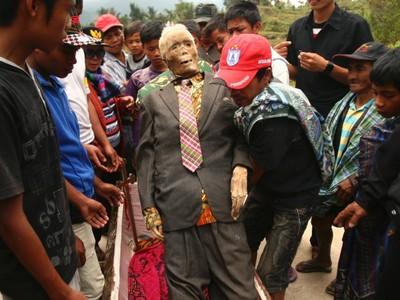 Ritual Manene: Ganti Baju Orang yang Sudah Mati