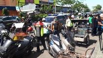 Jalan Dupak Ditertibkan, Petugas Gabungan Tilang Becak Motor