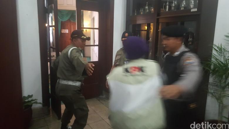 Geledah Kantor Wali Kota KPK - Malang Penyidik KPK menggeledah ruang kerja Wali Kota dan Wakil Wali Kota Malang serta Sekretaris Daerah Kota Rabu