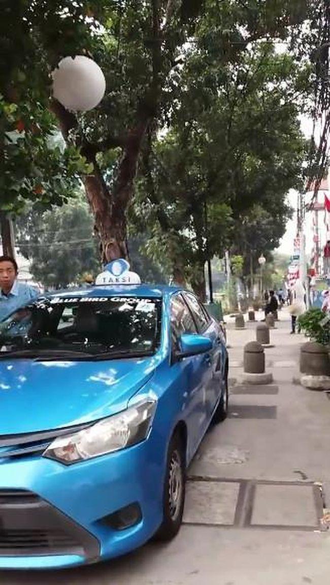 BIRD Taksi Parkir di Trotoar, Pejalan Kaki Vs Sopir Heboh Adu Mulut