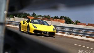 Foto: Ngebut Bareng Ferrari 488 Spider di Sirkuit Jalanan BSD