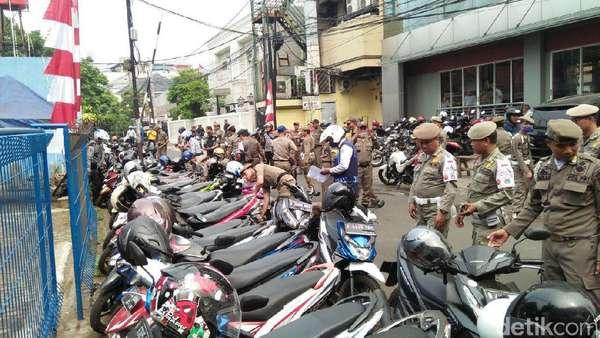 Bulan Tertib Trotoar, Petugas Gembosi Puluhan Ban Motor di Jaksel