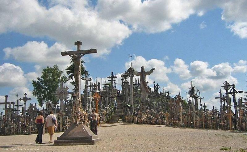 Bukit salib ini memiliki luas 300 meter persegi. Di bukit ini tertancap ribuan salib dengan beragam ukuran (The Hill of Crosses/Facebook)