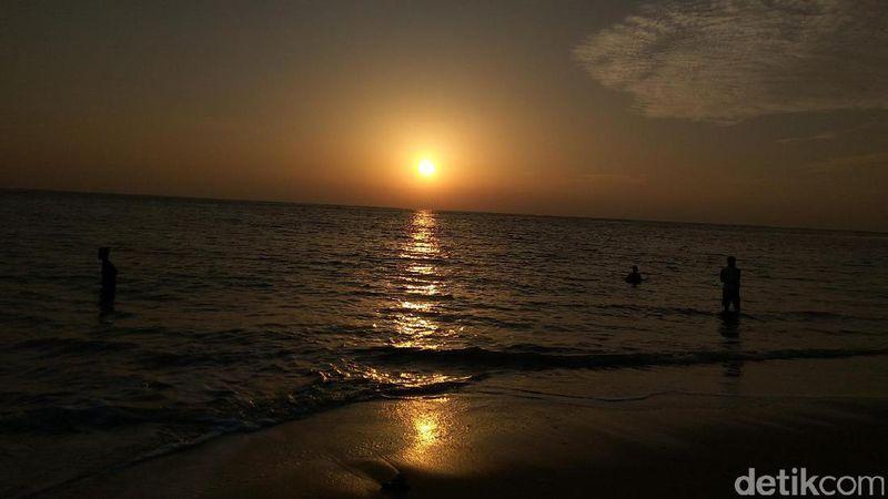 Pantai Nipah berada di Pulau Nasi, Kecamatan Pulo Aceh, Kabupaten Aceh Besar, Aceh. Di pantai ini, kamu bisa kemping asyik bersama teman-teman sambil berburu sunrise yang menawan (Agus/detikTravel