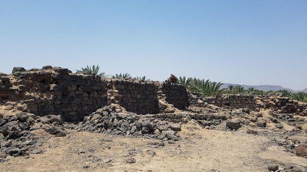 Benteng Ka'b bin al-Ashraf ada di pinggiran Kota Madinah. Tembok benteng setebal 1,2 meter. Hanya beberapa bagian saja yang kokoh berdiri, sisanya tinggal reruntuhan.