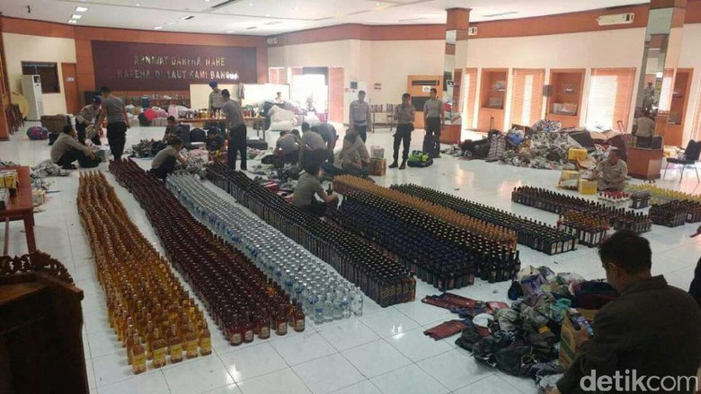 Ribu Botol Miras dari Singapura - Jakarta Direktorat Polair Korpolairud Baharkam Polri menggagalkan penyelundupan botol minuman keras Miras kiriman dari Malaysia dan Singapura itu