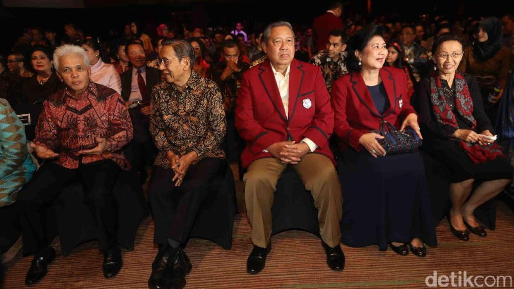 Saat SBY dan Keluarga Kompak Berbaju Merah di Yudhoyono Institute