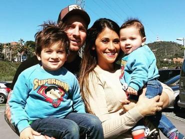 Kita sering melihat Lionel Messi saat berlaga bersama timnya di lapangan luas. Tidak hanya bersama timnya saja, Messi juga sering berkumpul bersama pasangan dan anaknya. Kompak! (Foto: Instagram @leomessi)