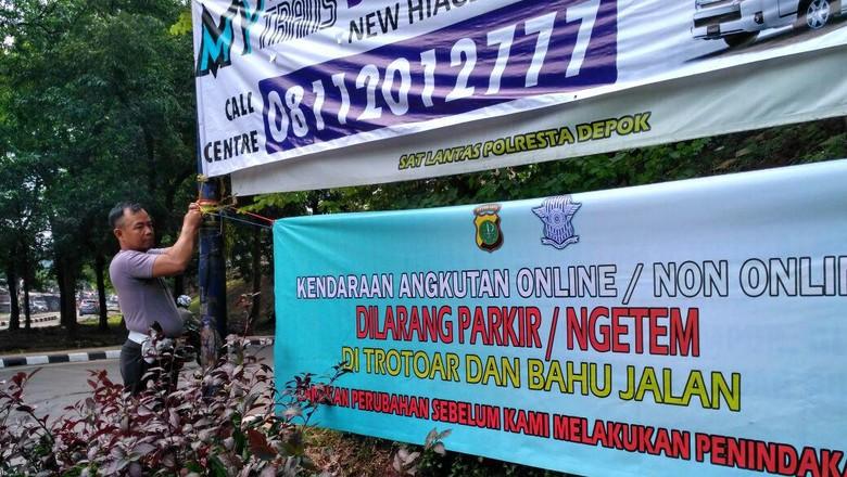 Polisi Pasang Spanduk Larangan Ngetem di Jalan Margonda Depok
