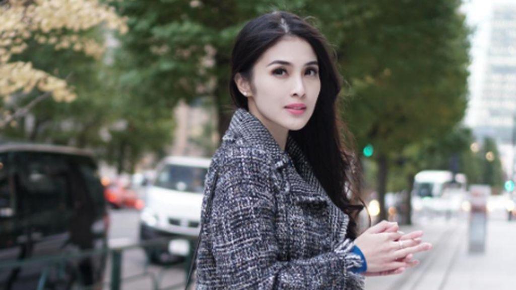 8 Artis Indonesia Pakai Tas Hingga Sepatu dari Brand Paling Hits 2017