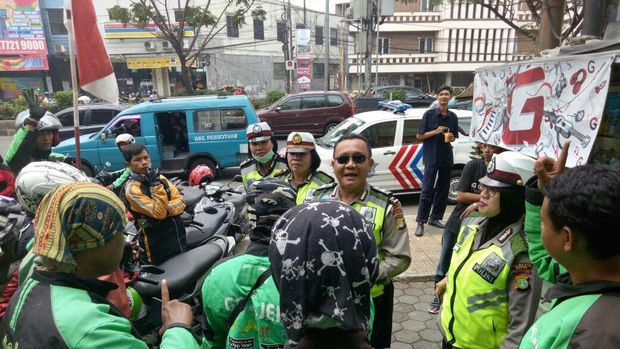 Polisi mengimbau sopir angkot dan ojek tertib mematuhi larangan ini.