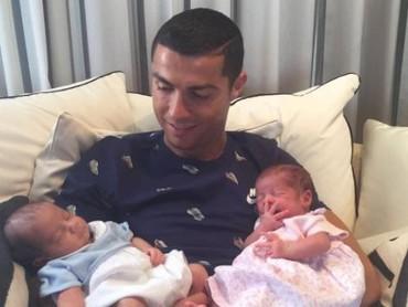 Siapa sih yang nggak kagum melihat gesitnya Cristiano Ronaldo saat bermain bola. Nggak disangka, CR juga sangat gesit dan sayang sama anaknya juga lho. Ayah yang keren nih. (Foto: Instagram @cristiano)