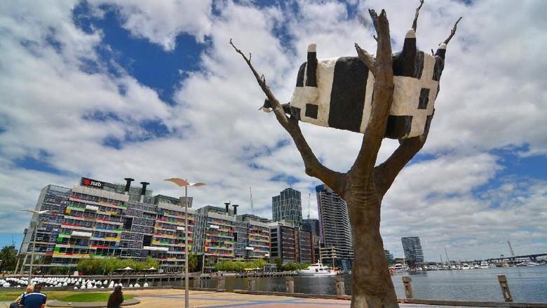 Patung sapiyang tersangkut di pohon (City of Melbourne/Facebook)