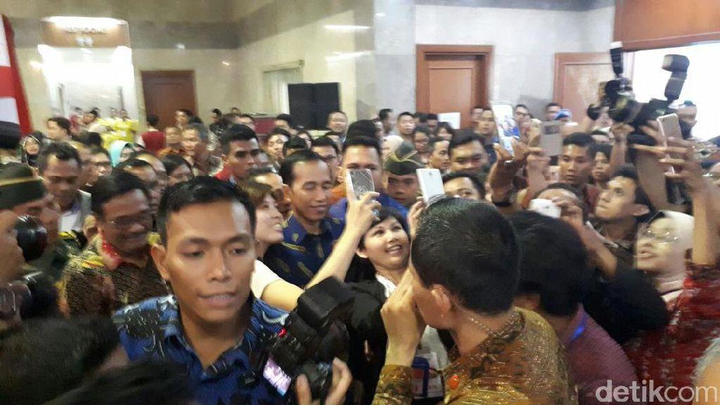 Keliling Pameran Perumahan, Jokowi Jadi Sasaran Selfie