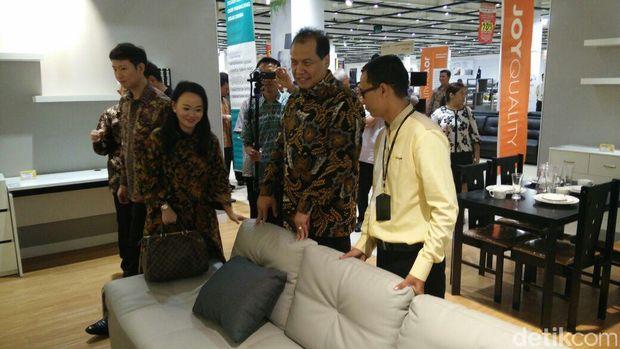 Chairman CT Corp Chairul Tanjung berkeliling gerai Index