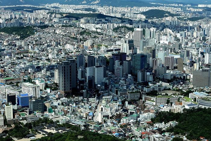 Ini potret Seoul, ibu kota Korea Selatan. Tempat banyak perusahaan teknologi bermarkas. Yang paling populer misalnya Samsung atau LG. Bahkan Korsel kadang dijuluki Republik Samsung karena besarnya kontribusi Samsung untuk perekonomian negara itu. Foto: Getty Images