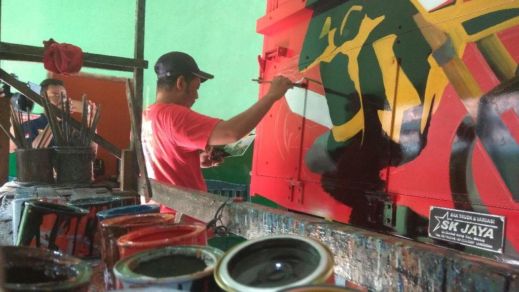 Melihat Lebih Dekat Seni Lukis Bak Truk di Lamongan