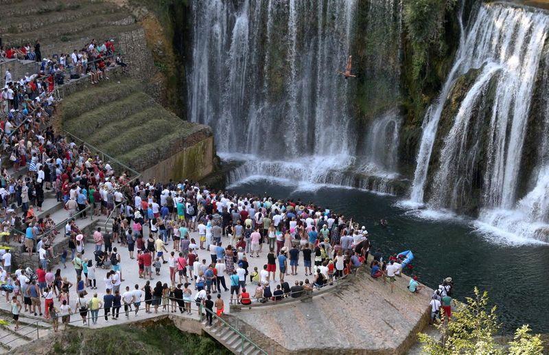 Lomba Loncat Air Terjun Internasional Ke-4 ini digelar di Kota Jajce, sekitar 2,5 jam perjalanan darat dari Sarajevo, ibu kota Serbia. Perlombaan ini pun menarik perhatian para wisatawan (Dado Ruvic/Reuters)