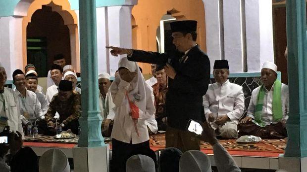 Haru, Santri Puteri ini Tak Kuat Menahan Tangis Saat Bertemu Jokowi